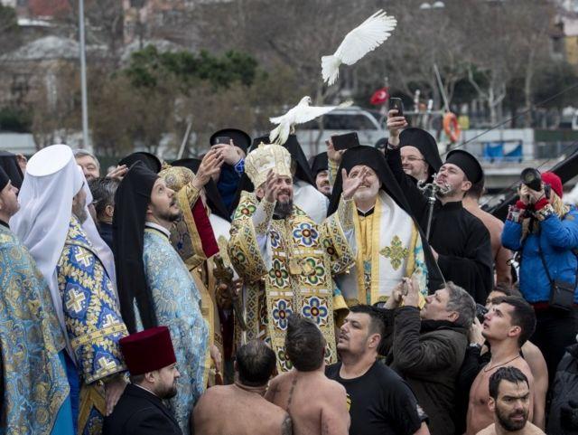 Вселенский патриарх Варфоломей и митрополит Епифаний выпускают белых голубей
