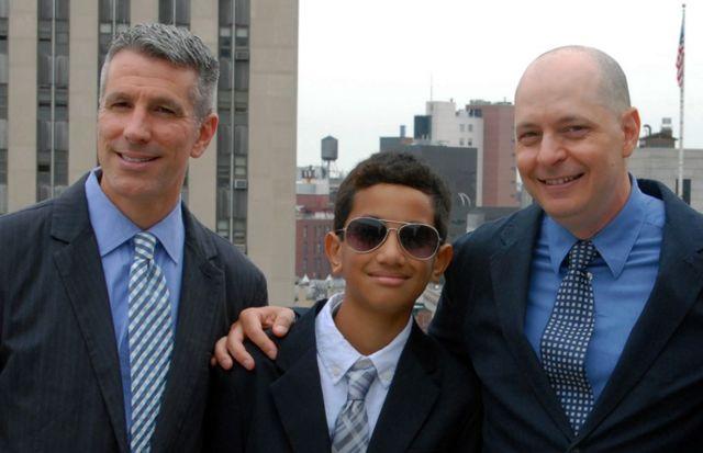 Danny, Kevin y Pete posan para una foto después de la ceremonia de boda de Danny y Pete