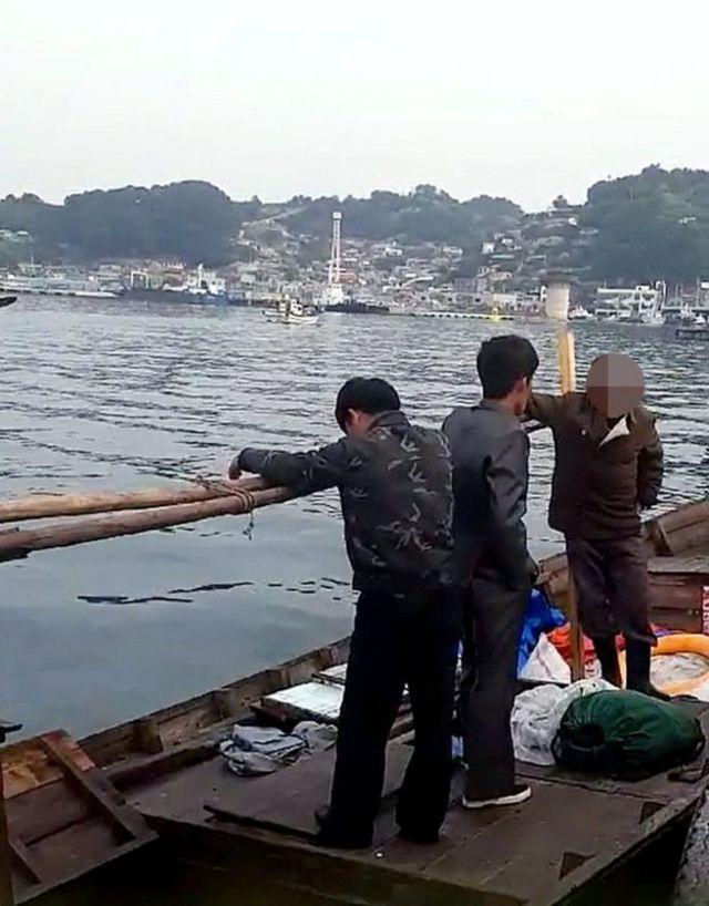 목선을 타고 삼척항 부두에 정박한 북한 선원