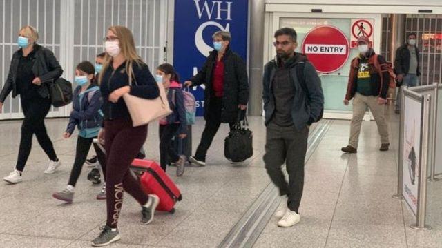 """Hầu hết tất cả khách du lịch tới Anh phải điền vào mẫu """"định vị y tế công cộng"""" khi nhập cảnh"""