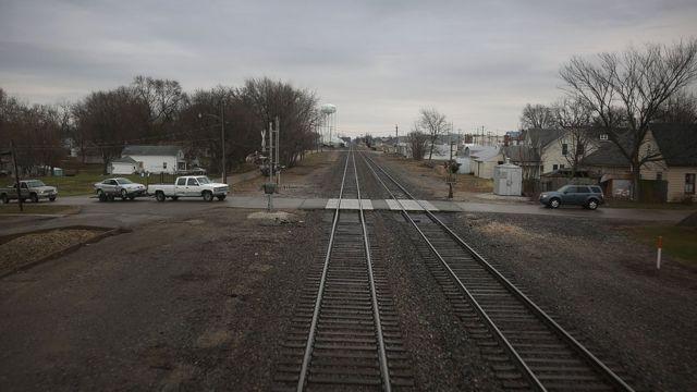 เส้นทางที่สองพี่น้องขับรถผ่านจะต้องข้ามทางรถไฟด้วย
