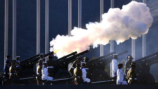 Uma saudação de 41 tiros é disparada para comemorar a morte do Príncipe Philip no Parlamento em Canberra, Austrália
