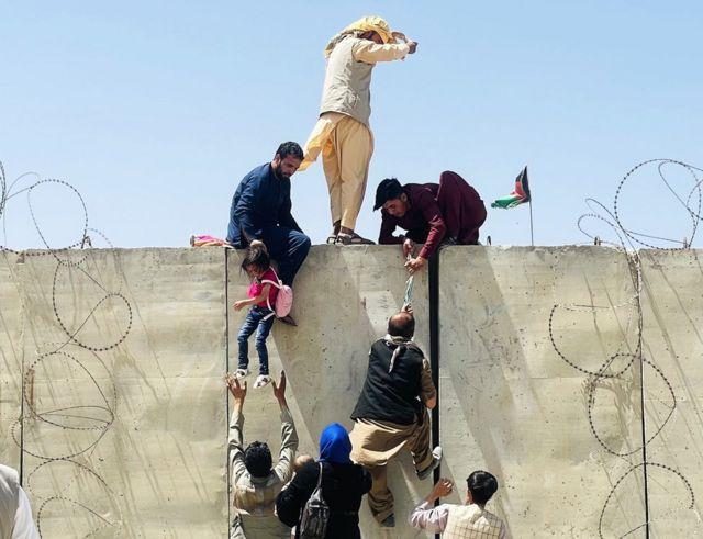 काबुलबाट भाग्न खोज्ने हजारौँ मानिसहरू विमानस्थलतिर गएका थिए