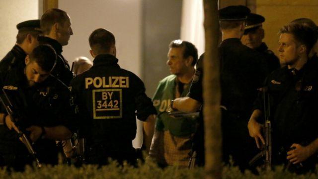 ミュンヘンのマンションを捜索する警官たち(23日)
