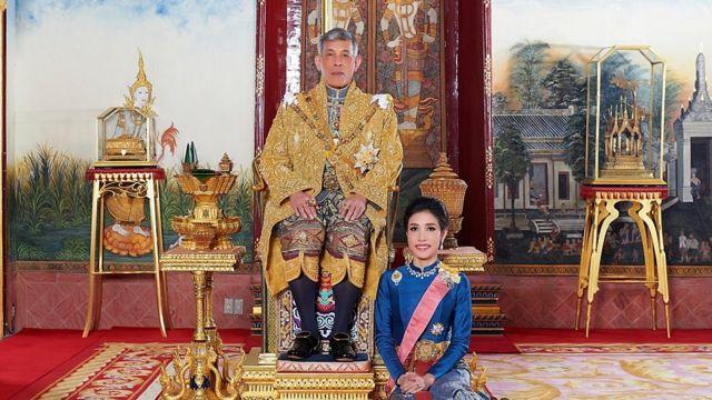 瑪哈·哇集拉隆功國王與詩妮娜於泰國大王宮內。