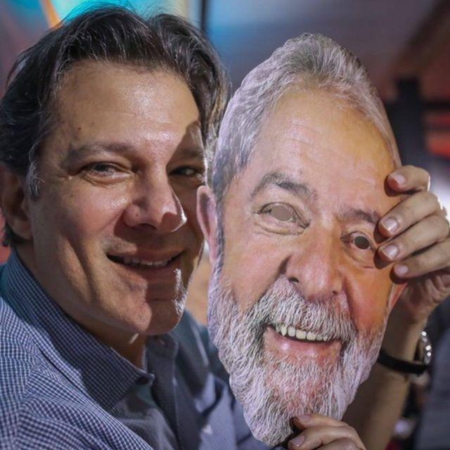 Fernando Haddad com máscara de Lula