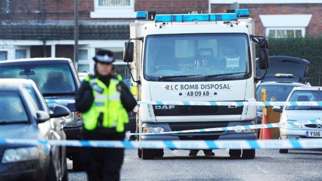 英中部ダービーシャー州チェスターフィールドの住宅の周囲では、警察と爆発物処理班の姿が見られた