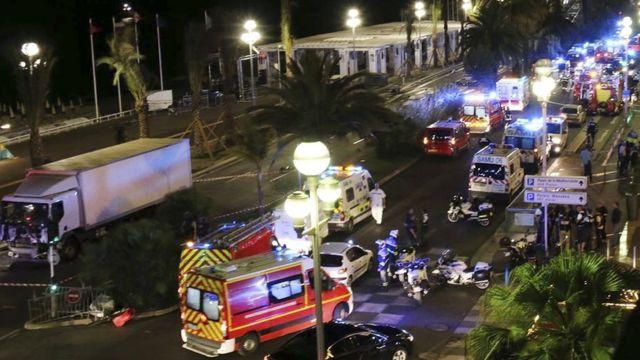 Английская набережная, машины полиции и скорой помощи