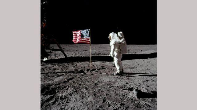 Американский флаг на Луне и Армстронг