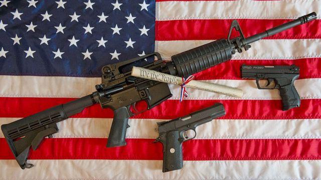 El fusil AR-15 (la mayor arma de la foto) se puede adquirir por internet.