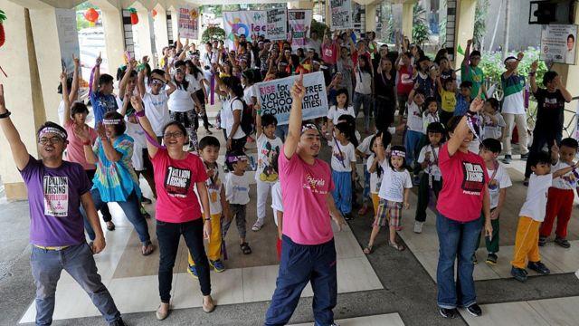 Personas haciendo campaña en favor de una mayor protección de niños en Filipinas.