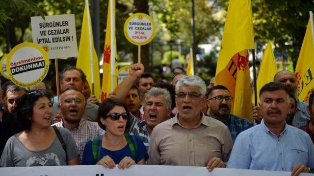 Milli Eğitim Bakanlığı binasında toplanan protestocular,