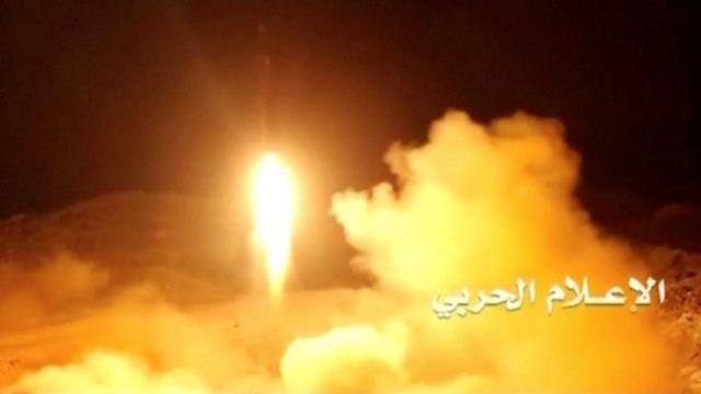 Füze saldırısı sonrası Riyad havaalanı yakınlarından alevler yükseldi.
