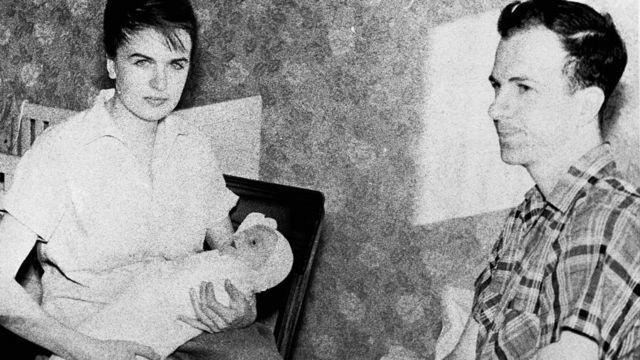 Oswald com a esposa, Marina, e a primeira filha do casal, June Lee, quando moravam em Minsk