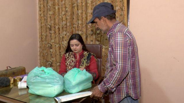 کھانے پینے کی اشیا  لاہور میں غریب افراد کو قسطوں پر راشن فراہم کرنے کی دکان چلانے والی خاتون کو اس سروس کا خیال کیسے آیا؟  115098247 f65c5094 537a 4d1e b8de 6573621b7f7d