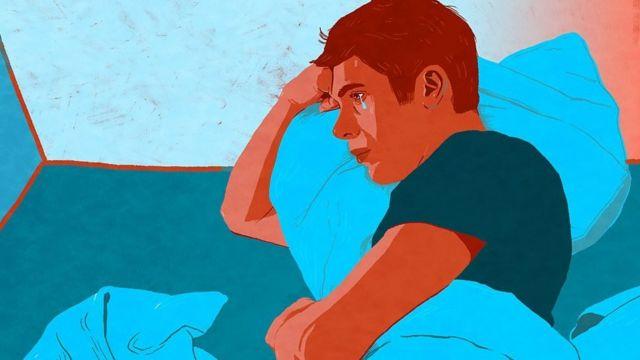 мужчина плачет в постели