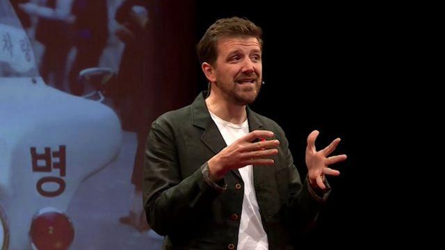 Alex Beard fazendo palestra