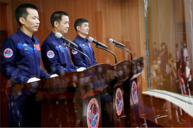 Astronotlar Tang Hongbo, Nie Haisheng ve Liu Boming