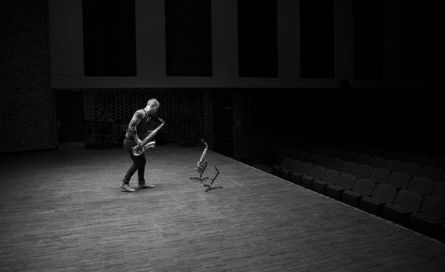 Un hombre tocando el saxofón
