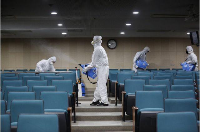 工作人員在韓國首爾的文化體育中心噴灑消毒劑