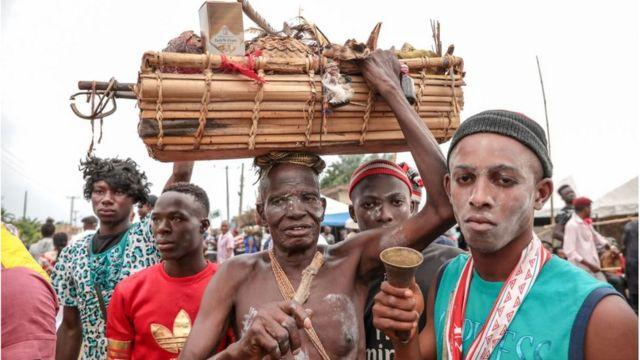 Wakishiriki Wanaume katika mitaa ya Arondizuogu wakati wa tamasha lijulikanalo kama Ikeji nchini Nigeria
