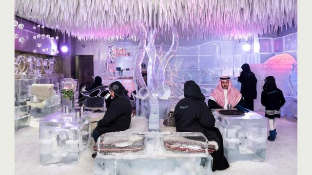 """Саудовские туристы согреваются горячим шоколадом в ледяном интерьере Chillout Ice Lounge (""""Зал ледяного расслабления""""), где температура ниже нуля. Ближний Восток, 6 января 2016 г."""
