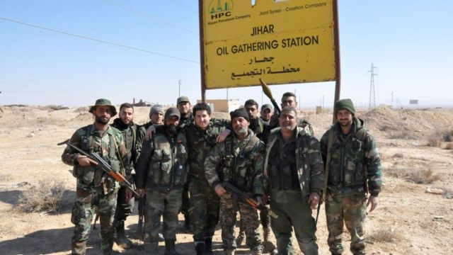 Soldados sirios protegiendo un campo petrolero.