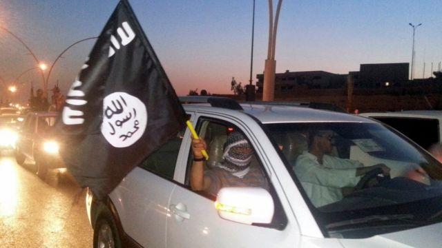 عناصر التنظيم يتجولون في الموصل بأعلامهم لرفع الروح المعنوية