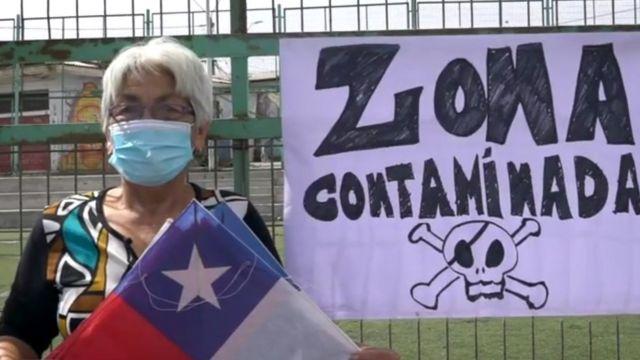 Mujer en zona contaminada en Arica
