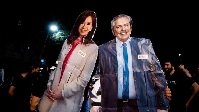 Carteles con imágenes de Cristina Fernández de Kirchner y Alberto Fernández