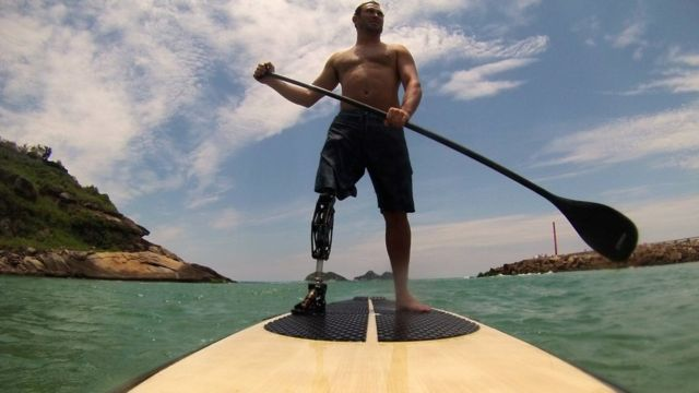 André pratica stand up paddle