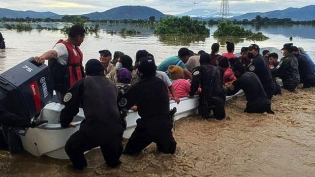 Lancha rescatando personas en Honduras