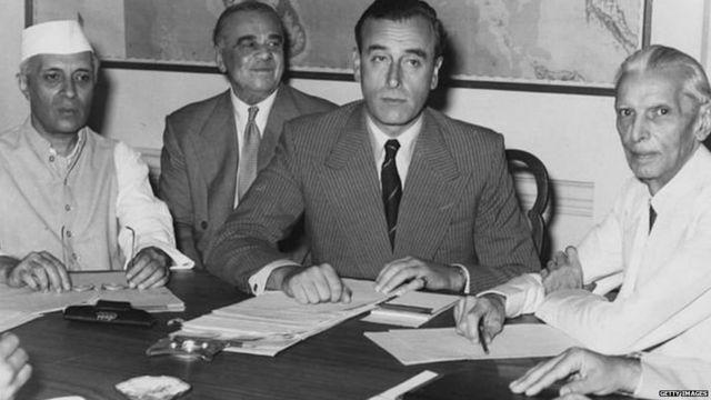 लॉर्ड माउंटबॅटन सोबत भारताचे प्रथम पंतप्रधान नेहरू आणि जिना