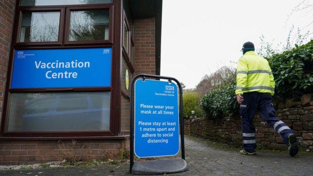 İngiltere'de pek çok kamu binası aşılama merkezine dönüştürüldü.