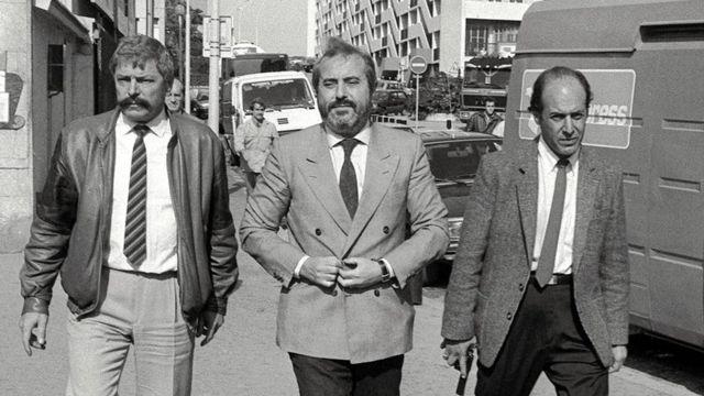 Giovanni Falcone acompañado por dos personas