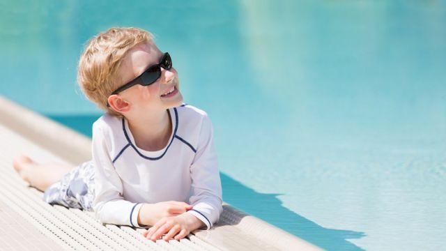 La ropa es la mejor opción para proteger a los niños del sol, dicen los expertos.