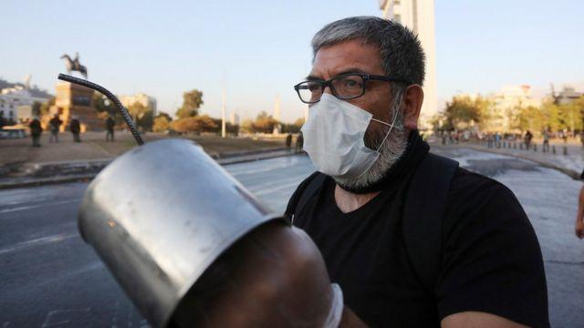 Hombre con una cacerola en Santiago de Chile