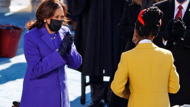 نائبة الرئيس الجديد، كاملا هاريس، تصفق لأماندا