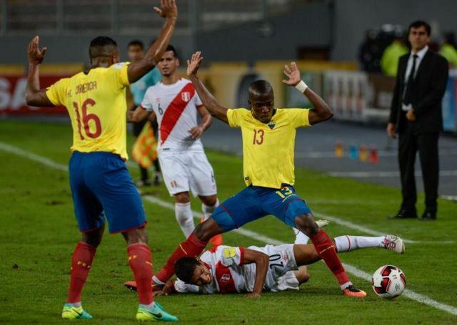 Partido de fútbol entre Perú y Ecuador