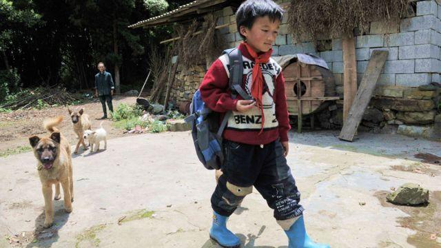 Niño en un poblado rural en China
