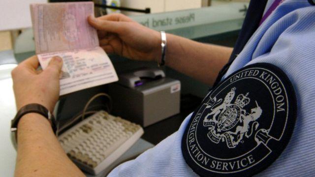 Revisión de pasaportes Londres.