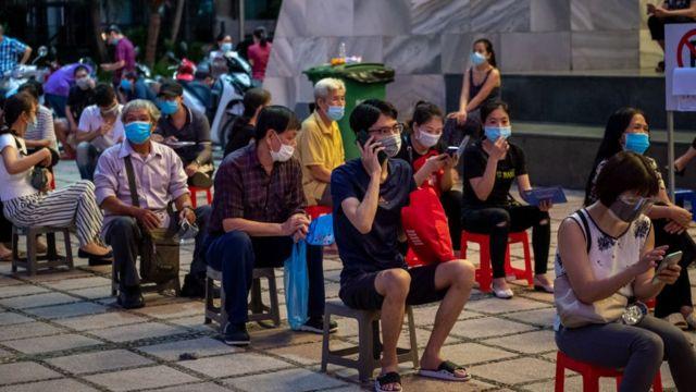 Người dân chờ tiêm vaccine tại quận Hoàn Kiếm, Hà Nội