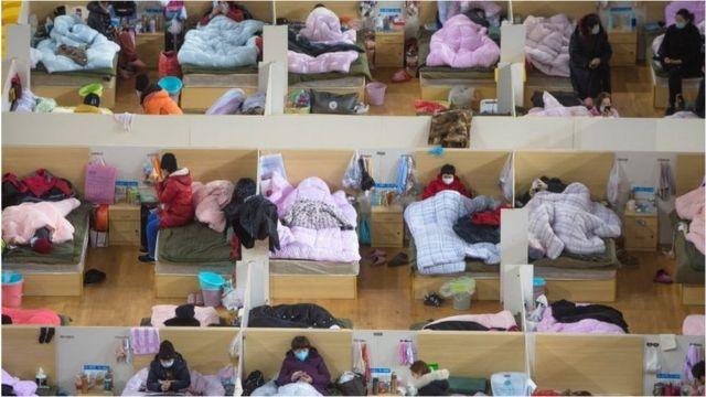 患者在武漢體育中心方艙醫院休息