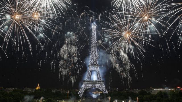 Torre Eiffel y fuegos artificiales.