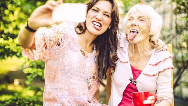 Chica con abuela tomándose un selfie