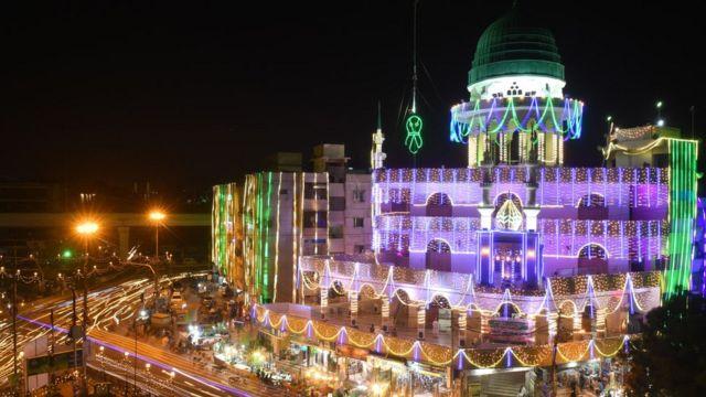 """مسجد """"كنز الإيمان"""" في كراتشي في باكستان احتفالا بالمولد النبوي"""