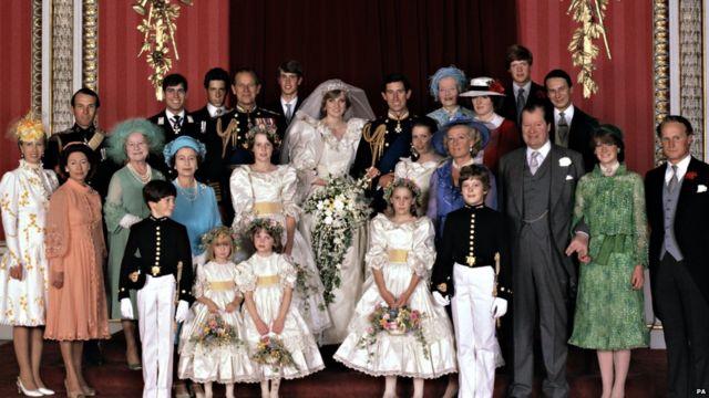 白金汉宫,女王和一对新人 - 查尔斯与戴安娜 - 及皇室成员的全家福照片