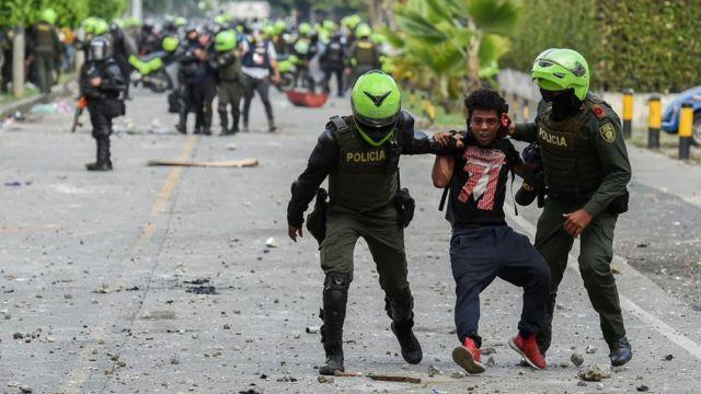 Policía de Colombia arresta a un manifestante en Cali, 4 de junio 2021