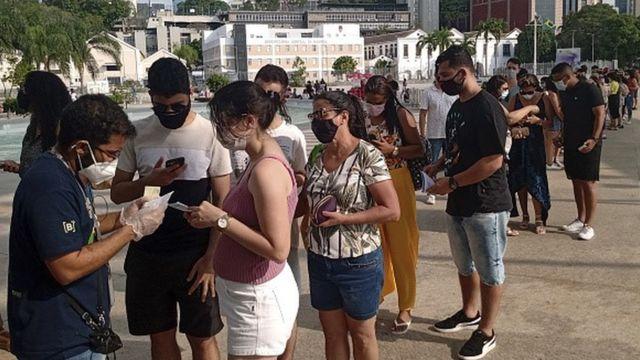 Fila para vacinação no Rio de Janeiro