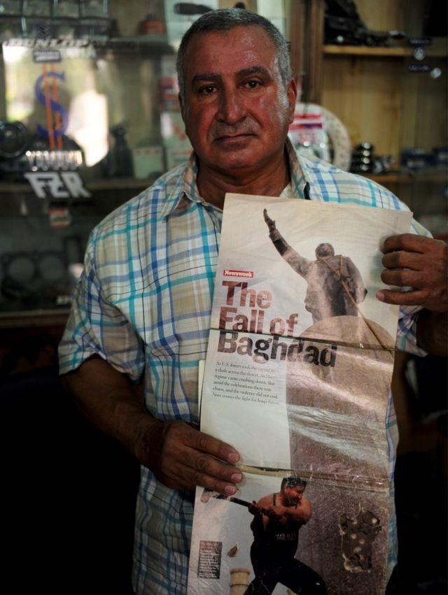Kadhim al Jabbouri con una foto que lo muestra con su martillo